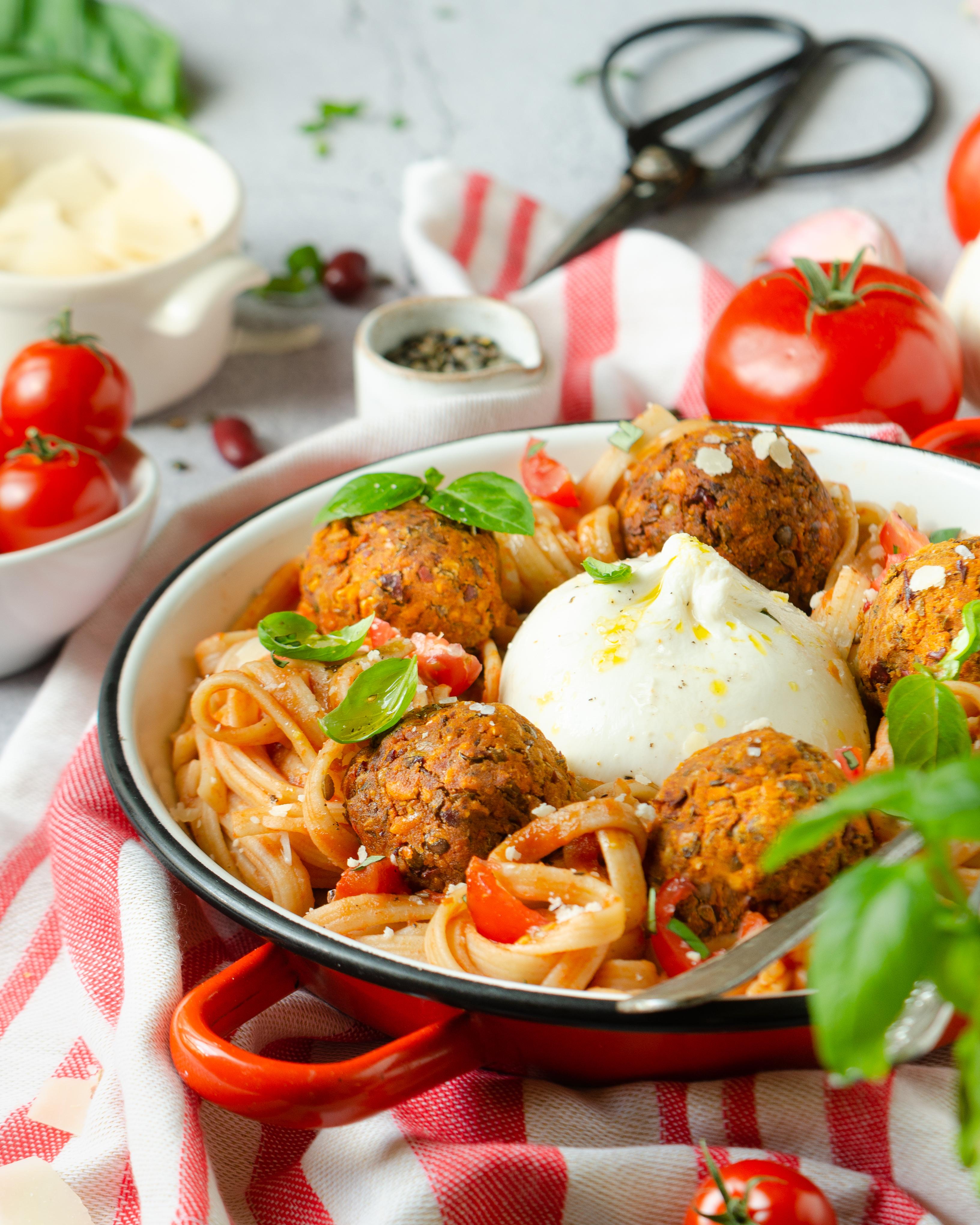 Pâtes aux boulettes de lentilles, haricots, sauce tomate et burrata